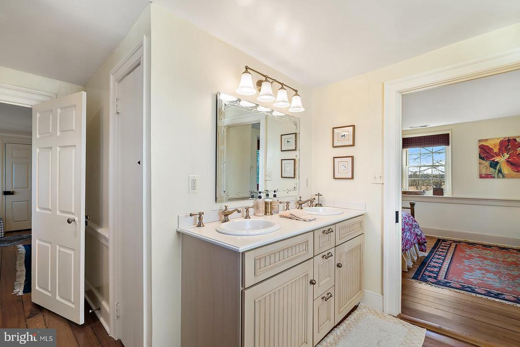bath connects to 2 bedrooms - 20775 AIRMONT RD, BLUEMONT