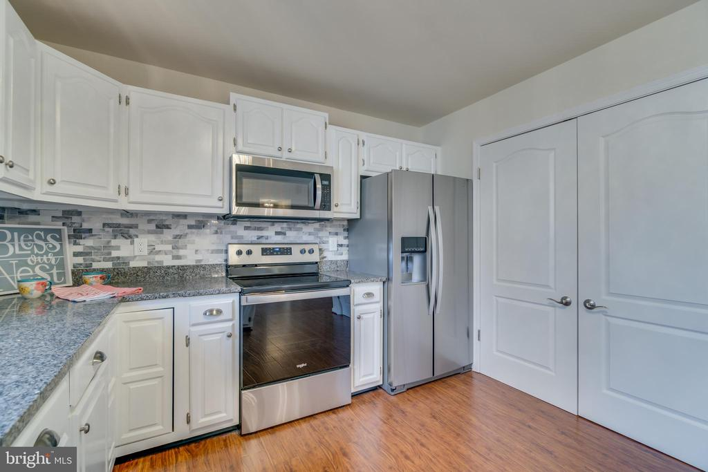 Roomy kitchen has new wood floors - 4229 LAKEVIEW PKWY, LOCUST GROVE