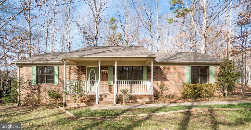 All Brick Rambler with Covered Front Porch - 4229 LAKEVIEW PKWY, LOCUST GROVE
