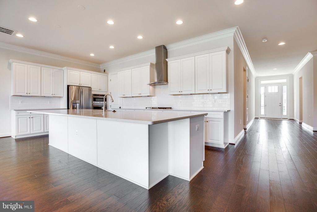 Over-sized kitchen island - 25955 CULLEN RUN PL, ALDIE