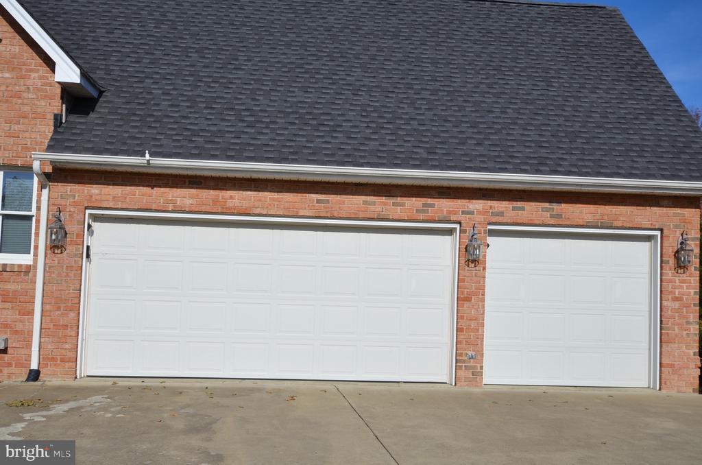 Attached three car garage - 15805 BREAK WATER CT, MINERAL