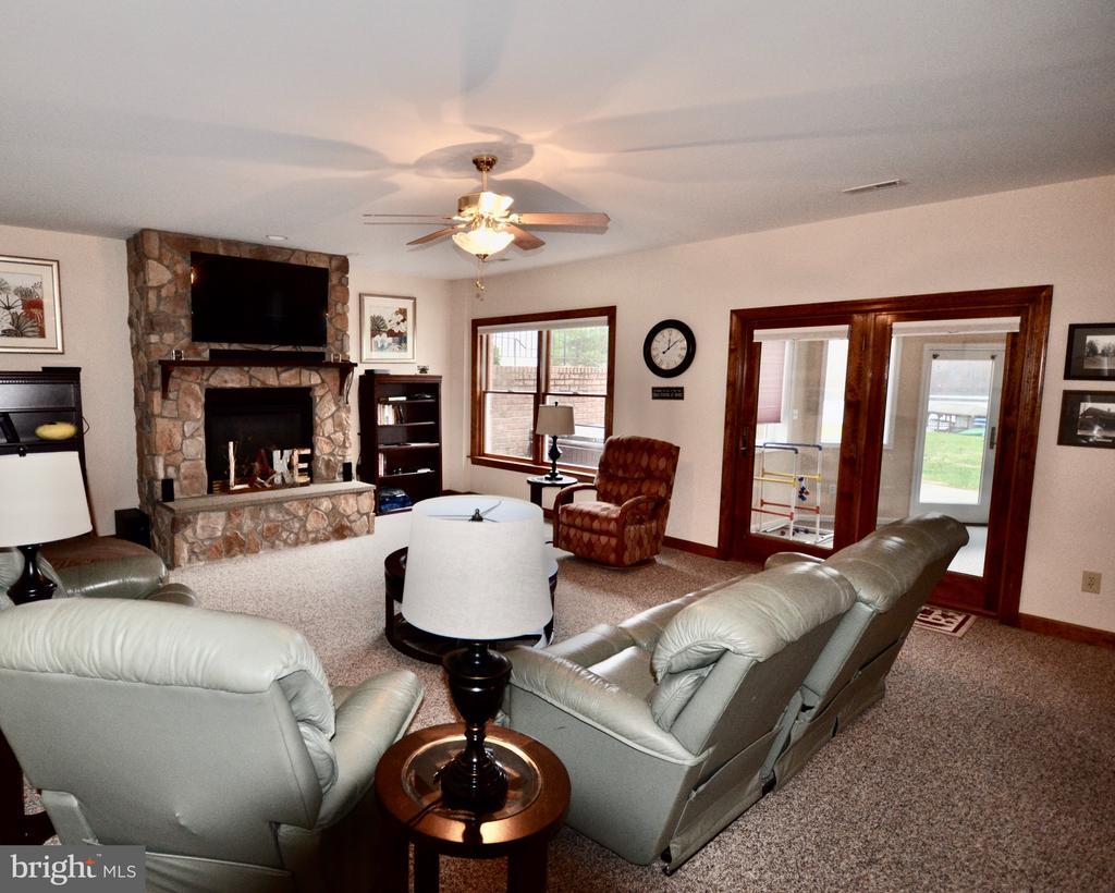 Family room walks out to sunroom - 15805 BREAK WATER CT, MINERAL