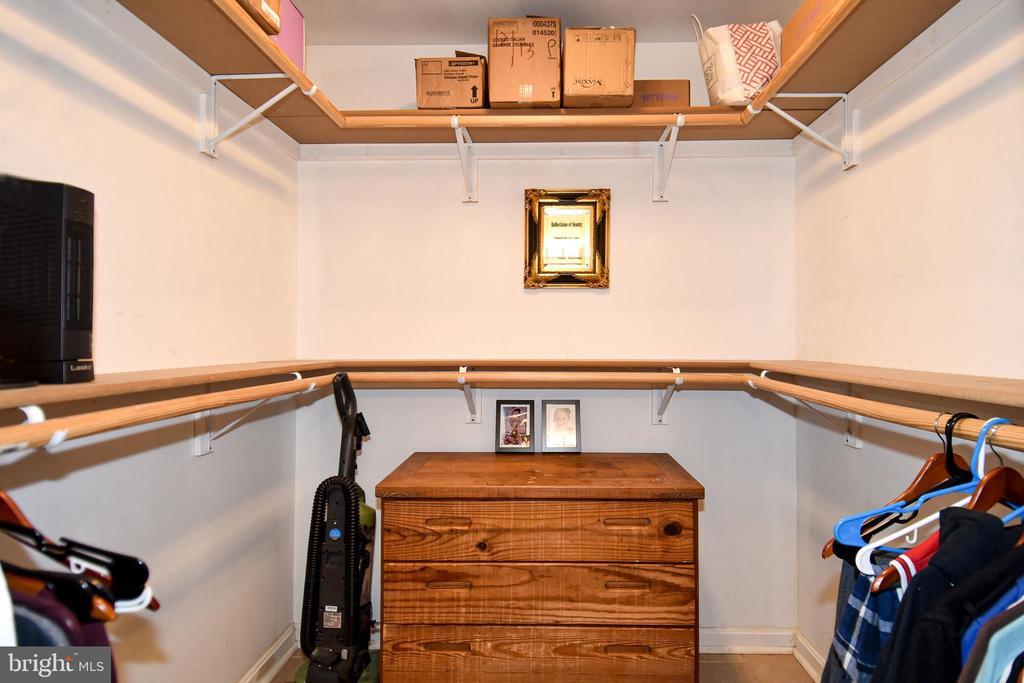 MasterBath walk-in Closet - 107 JENKINS CT, MANASSAS PARK
