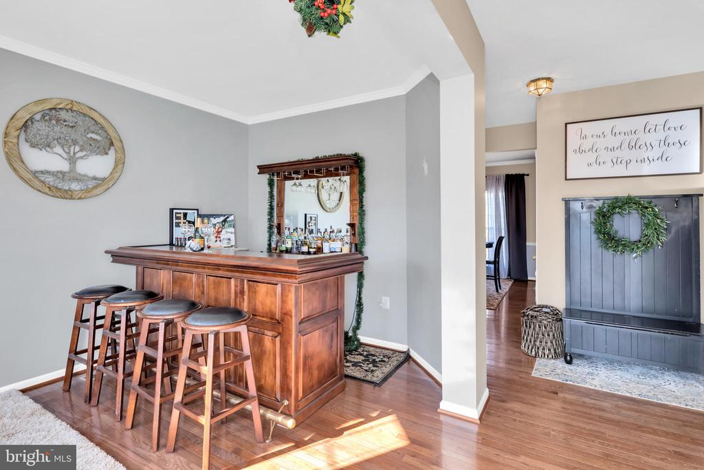 Welcoming entry. Hdwd floors carry thru main level - 329 SPRING BRANCH CT, PURCELLVILLE