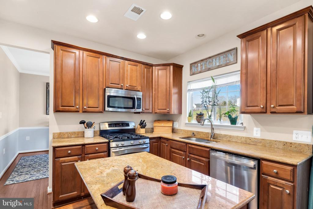 Kitchen boasts new custom island, new dishwasher - 329 SPRING BRANCH CT, PURCELLVILLE