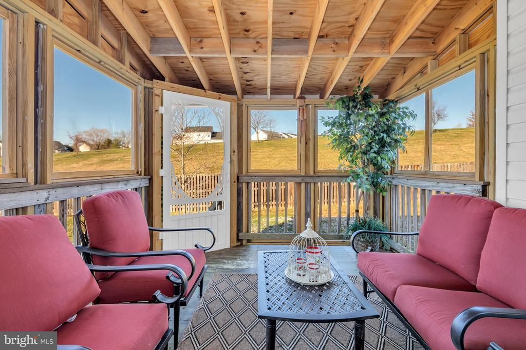 Peaceful screened in porch for outdoor enjoyment - 329 SPRING BRANCH CT, PURCELLVILLE