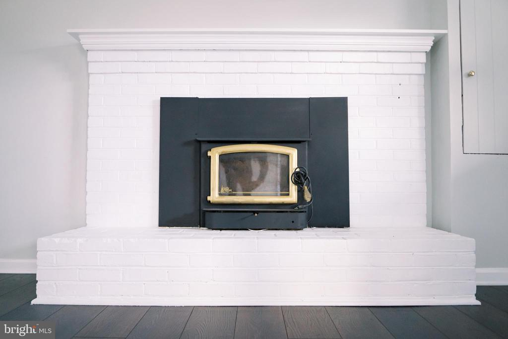 Wood burning fireplace (recently inspected) - 39006 LIME KILN RD, LEESBURG