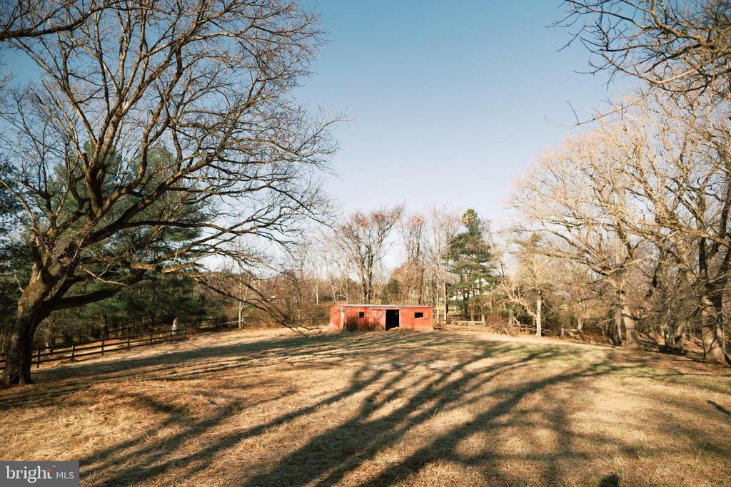 Barn-stable - 39006 LIME KILN RD, LEESBURG