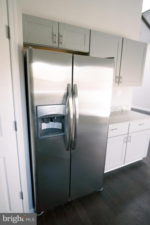 Stainless Steel Frigidaire side-by-side - 39006 LIME KILN RD, LEESBURG