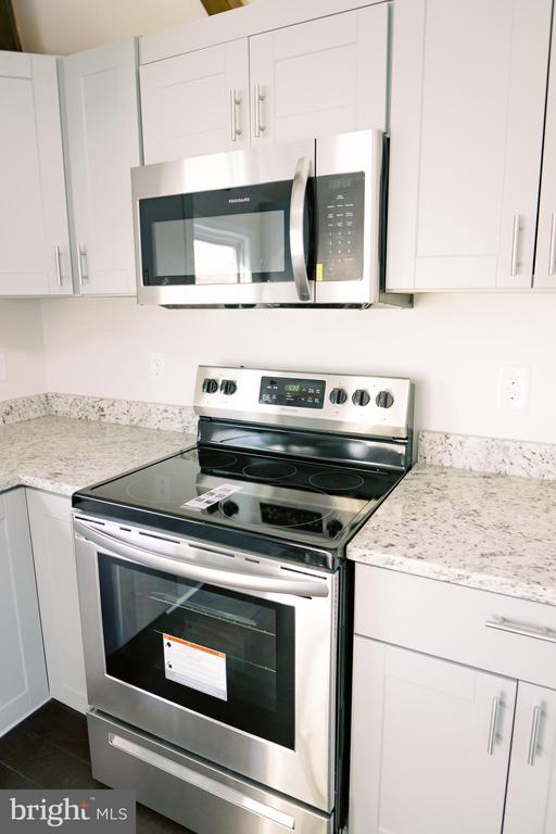 Stainless steel Frigidaire stove - 39006 LIME KILN RD, LEESBURG