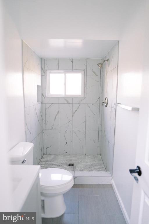Main level bath - 39006 LIME KILN RD, LEESBURG