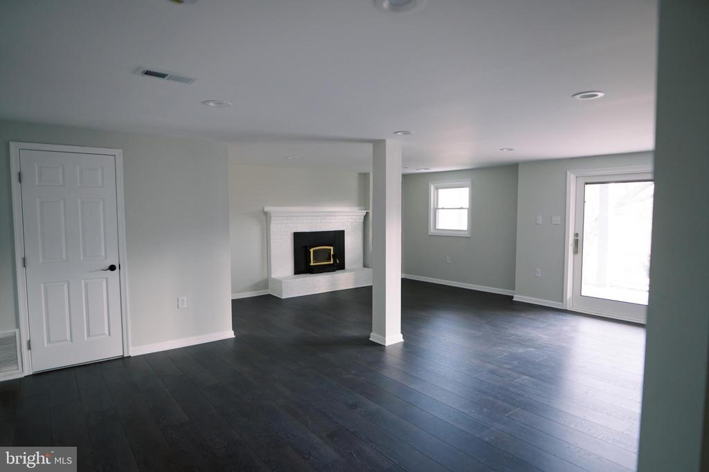 Large family room w/doors to patio area - 39006 LIME KILN RD, LEESBURG