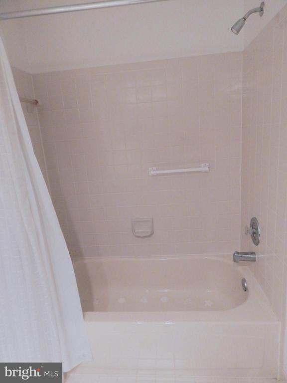 Hall bath tub area - 6205 PROSPECT ST, FREDERICKSBURG
