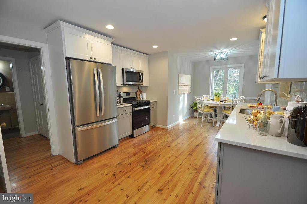 NEW SS KITCHEN w/ QUARTZ COUNTERS AND DINE IN AREA - 10311 DETRICK AVE, KENSINGTON