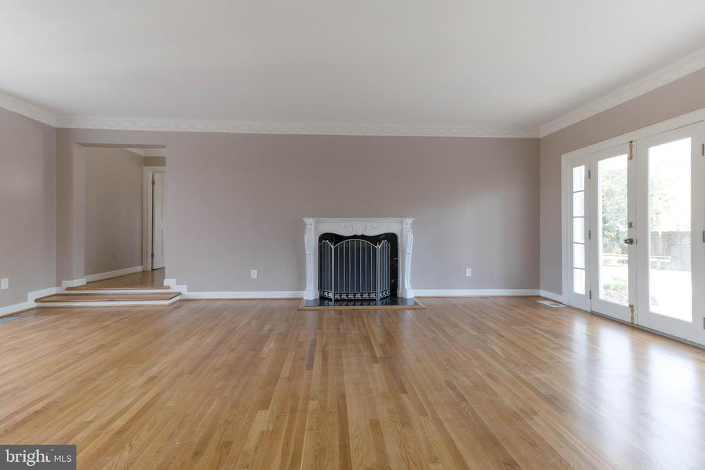 Family room with a fireplace. - 3608 SOUTH PL #5, ALEXANDRIA