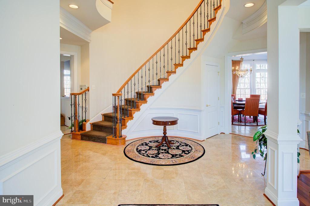 Elegant curved main staircase - 18918 CANOE LANDING CT, LEESBURG