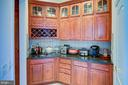 Butler's pantry - 18918 CANOE LANDING CT, LEESBURG