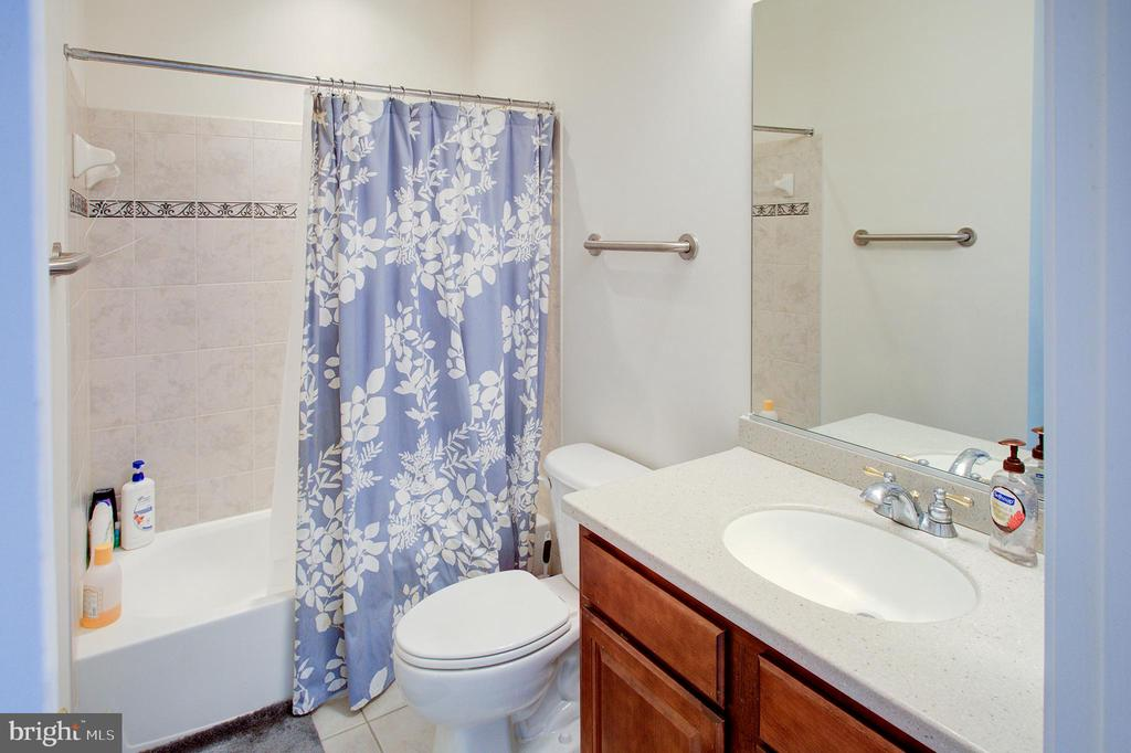 Jack and Jill bath 2 - 18918 CANOE LANDING CT, LEESBURG