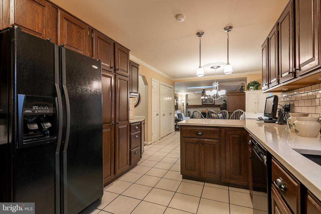 Upgraded appliances and ceramic tile in kitchen - 11123 CLARA BARTON DR, FAIRFAX STATION