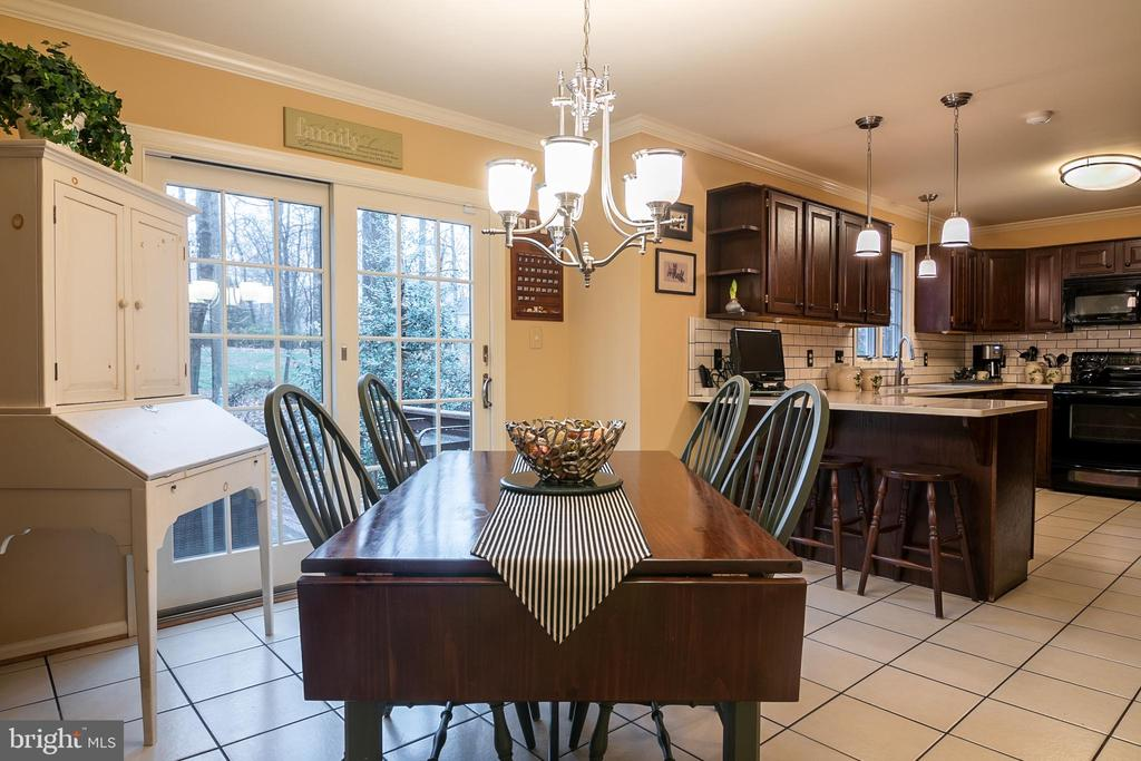 Eating area in kitchen - 11123 CLARA BARTON DR, FAIRFAX STATION