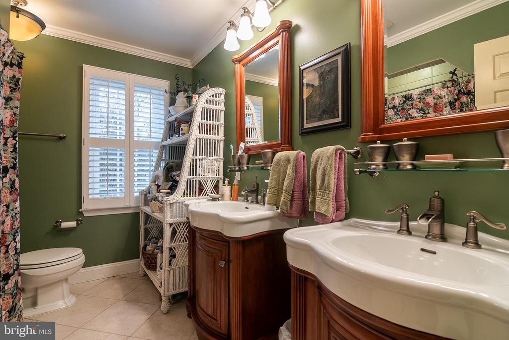 Hall bathroom w. jacuzzi  tub  & sep. sinks - 11123 CLARA BARTON DR, FAIRFAX STATION