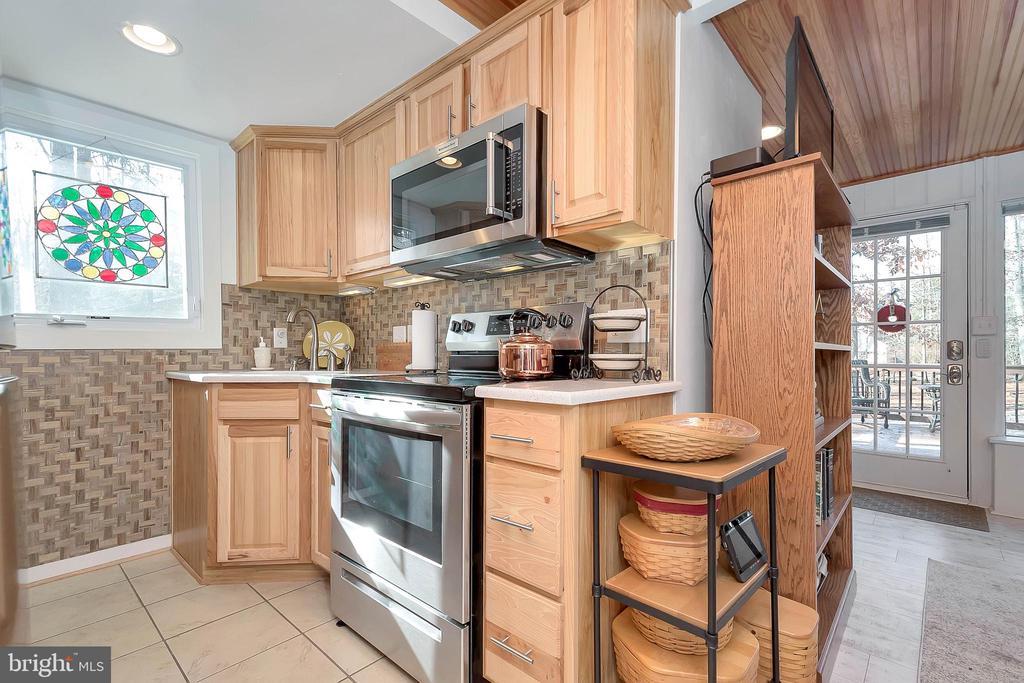 custom kitchen - 224 CREEKSIDE DR, LOCUST GROVE