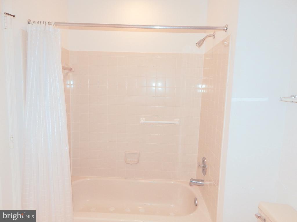 Upstairs hall bath, tub with tile - 6205 PROSPECT ST, FREDERICKSBURG