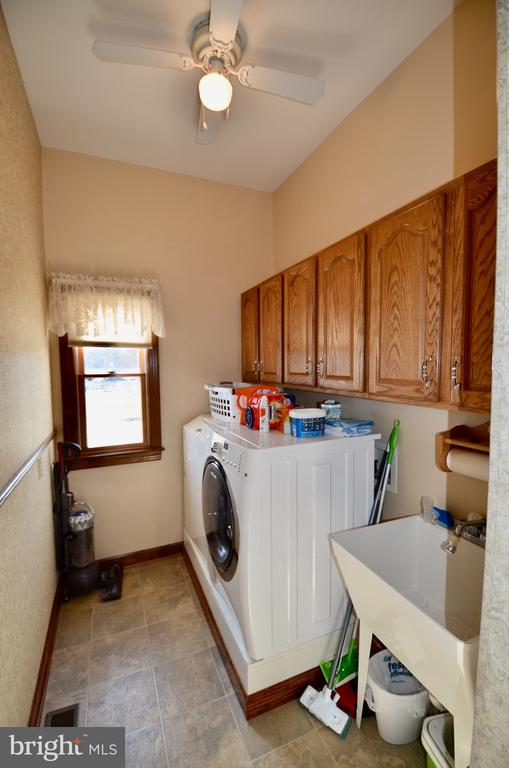 Laundry room with utility sink - 15805 BREAK WATER CT, MINERAL