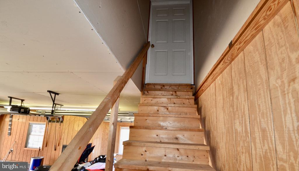 Detached car garage with staircase to attic. - 15805 BREAK WATER CT, MINERAL
