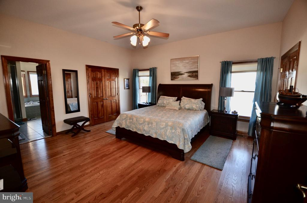 Large Master Suite with two walk-in closets. - 15805 BREAK WATER CT, MINERAL