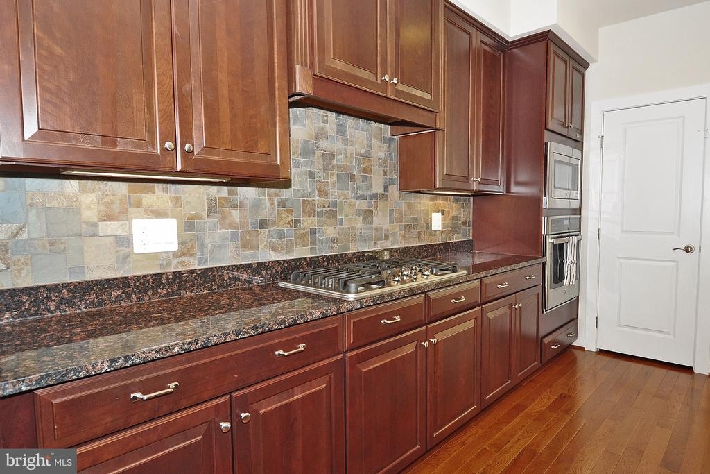 Custom Tile Backsplash - 22426 PHILANTHROPIC DR, ASHBURN