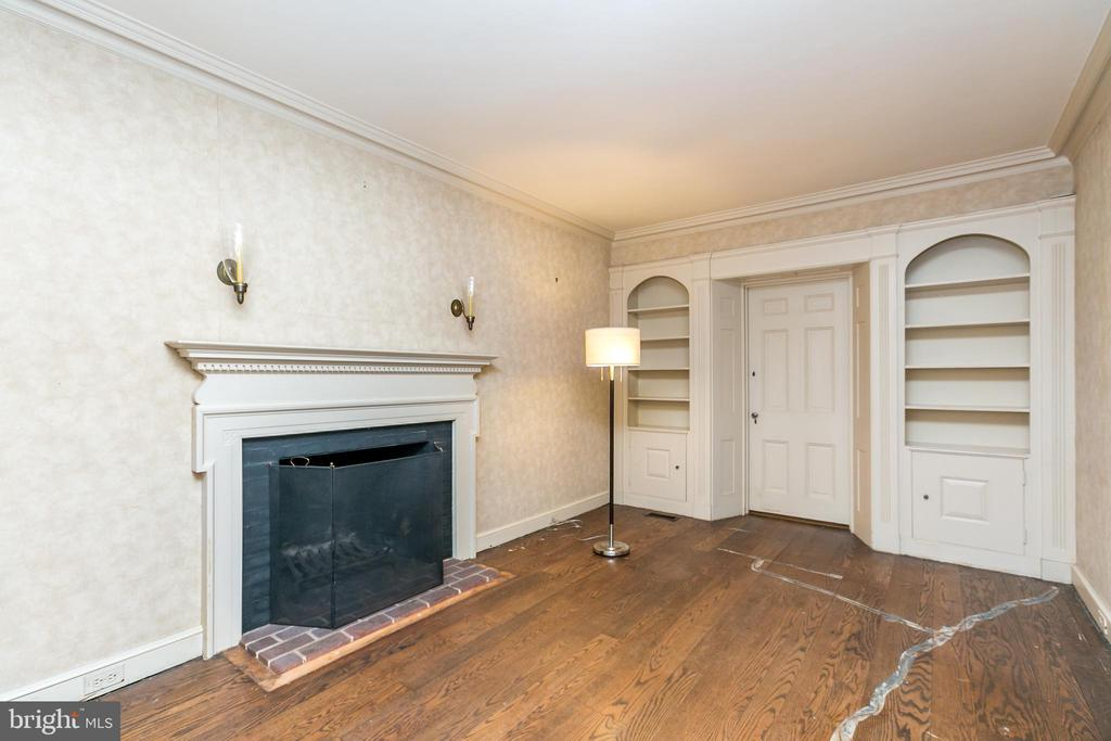 Den with built-ins - 3707 GREENWAY, BALTIMORE