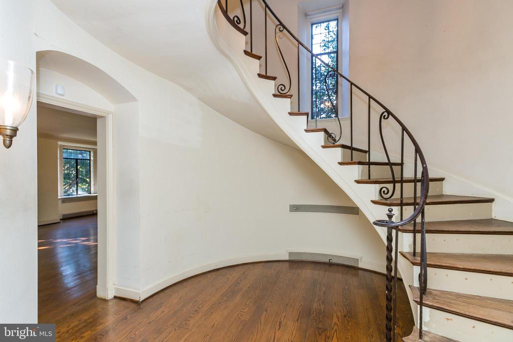 Turret has spiral staircase - 3707 GREENWAY, BALTIMORE