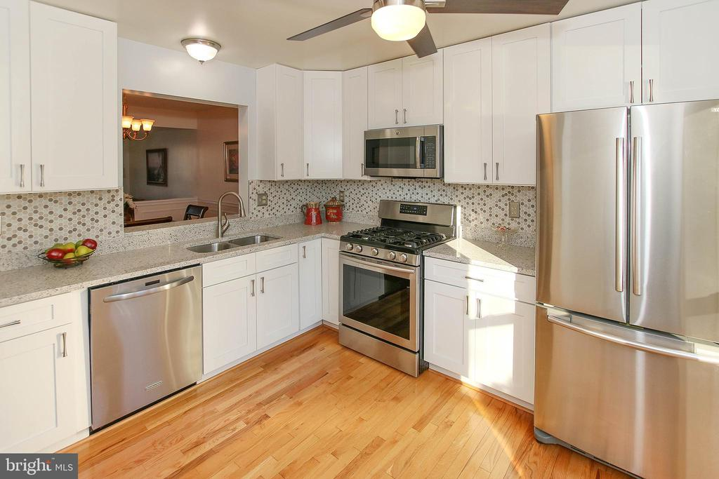 Fully Updated Kitchen - 43869 LABURNUM SQ, ASHBURN