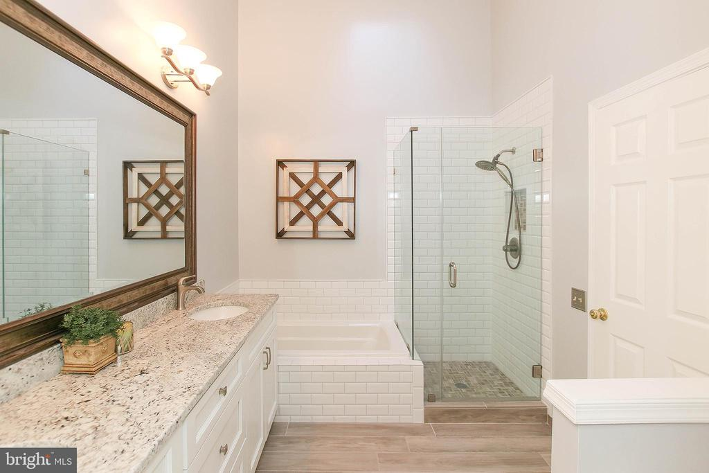 Master Bath with Dual Sinks - 43869 LABURNUM SQ, ASHBURN