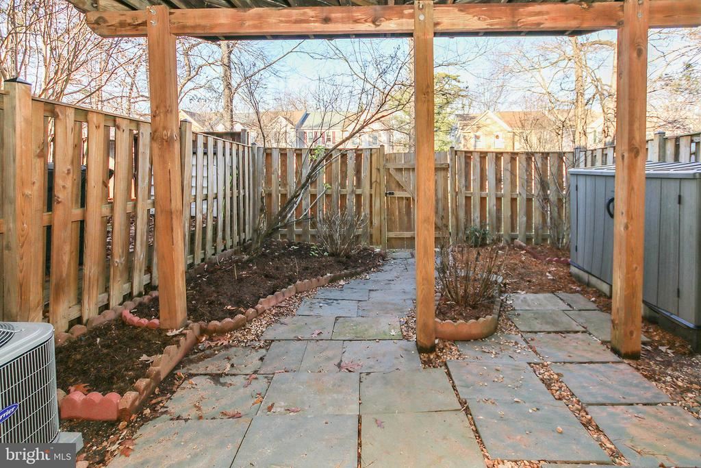 Lovely Backyard with Various Blooming Plants - 43869 LABURNUM SQ, ASHBURN