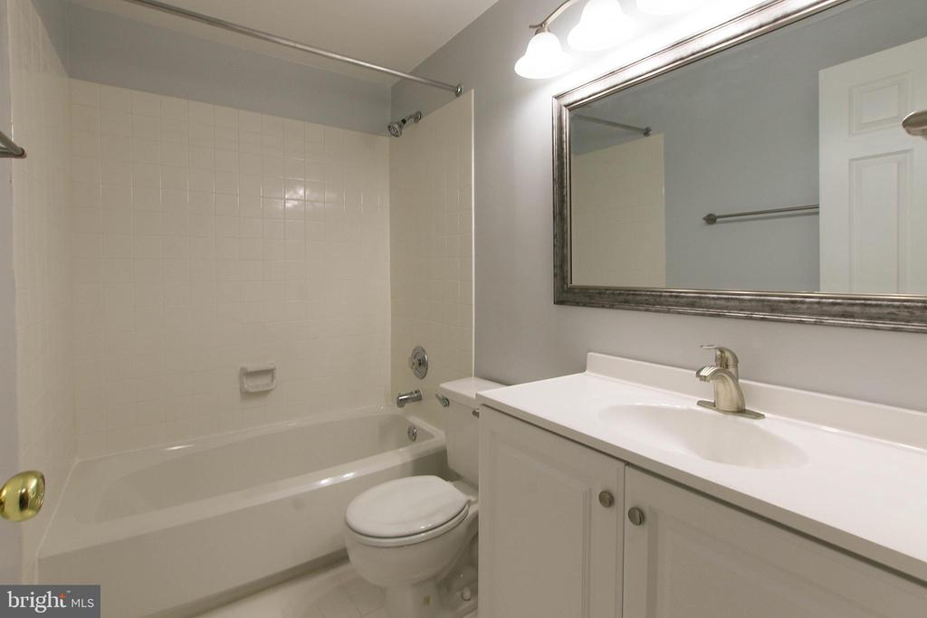 Updated Lower Level Full Bathroom - 43869 LABURNUM SQ, ASHBURN