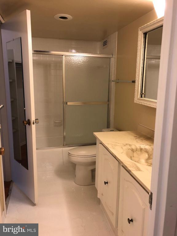 Bath - 5225 POOKS HILL RD #714S, BETHESDA