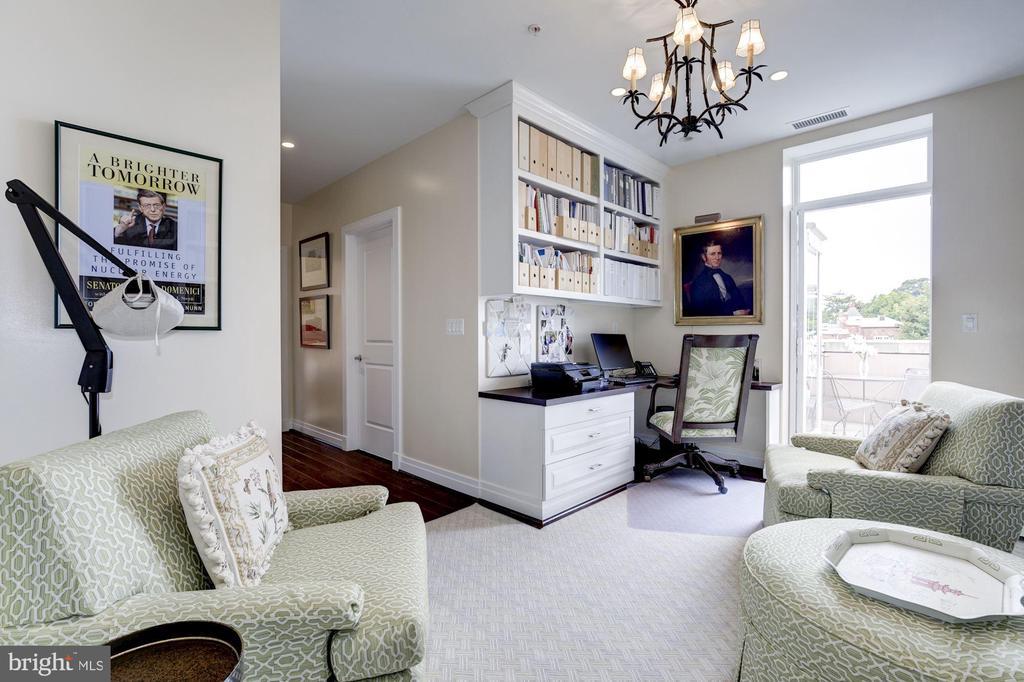 Study/TV room, top floor - 3052 R ST NW #307, WASHINGTON