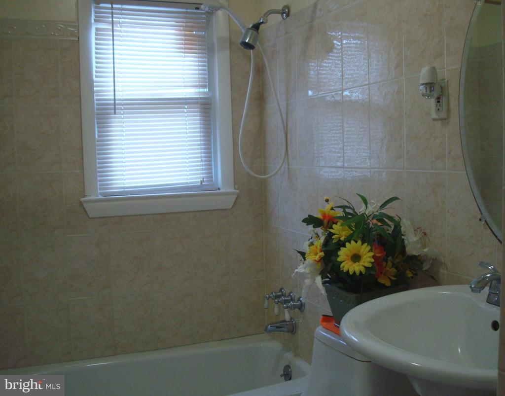 Hall Bathroom - 5241 MONROE DR, SPRINGFIELD