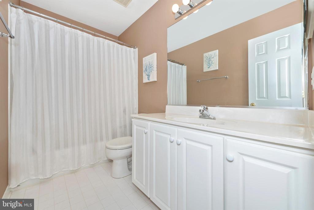 Upper Level Full Bathroom - 8400 RIVER MEADOW DR, FREDERICK
