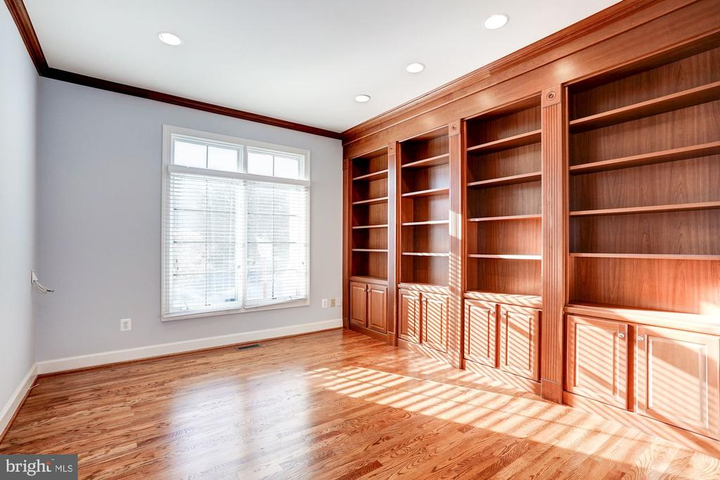 Library with Built Ins - 1553 SHELFORD CT, VIENNA