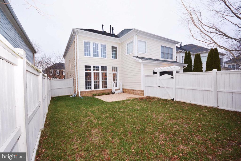 Private, fully fenced backyard. - 702 PILOT HOUSE DR, ANNAPOLIS