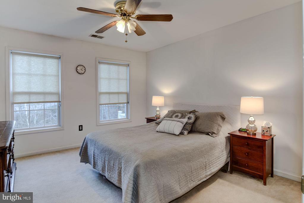 Bedroom with en suite - 1 DRUMMERS CV, STAFFORD