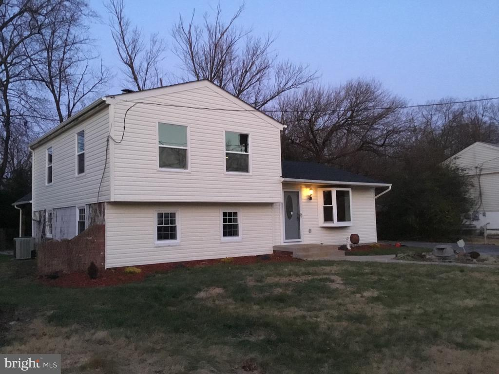 Left view of front - 652 ALABAMA DR, HERNDON