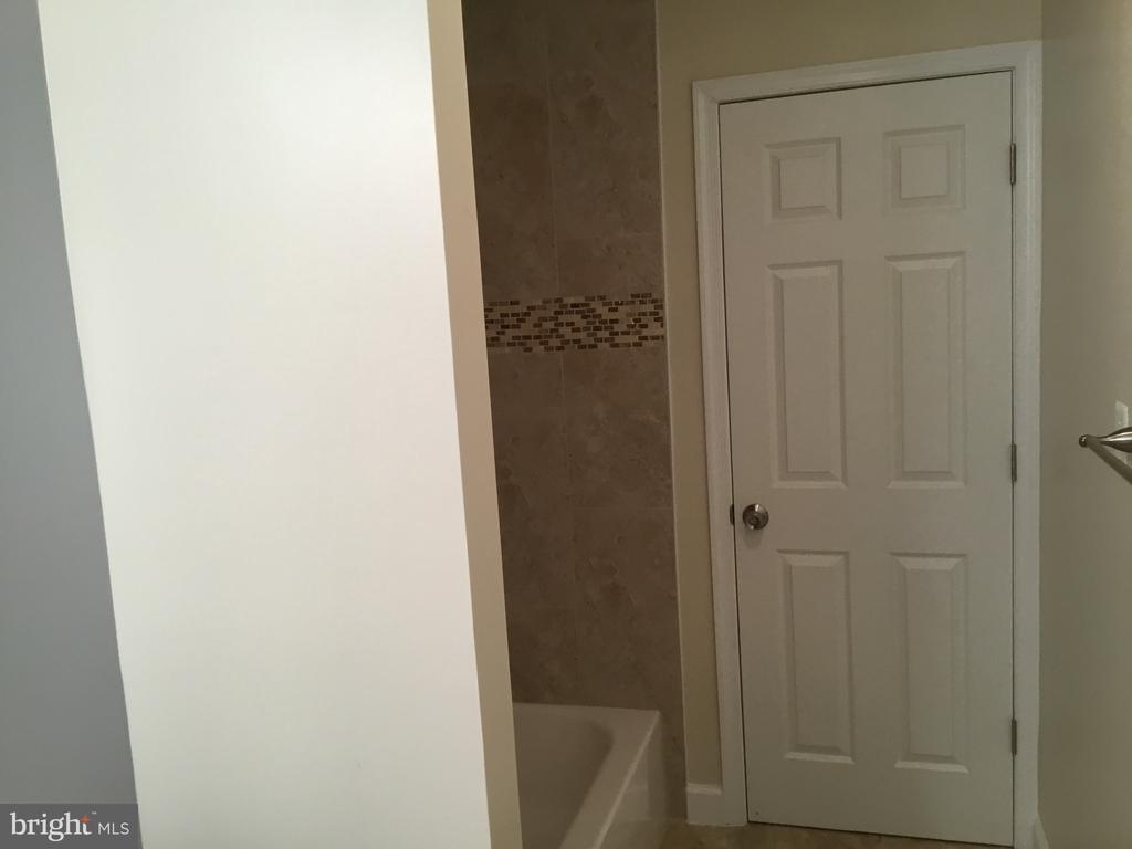 Master bathroom to hallway - 652 ALABAMA DR, HERNDON