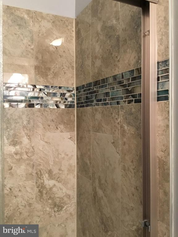 Bathroom tile detail - 652 ALABAMA DR, HERNDON