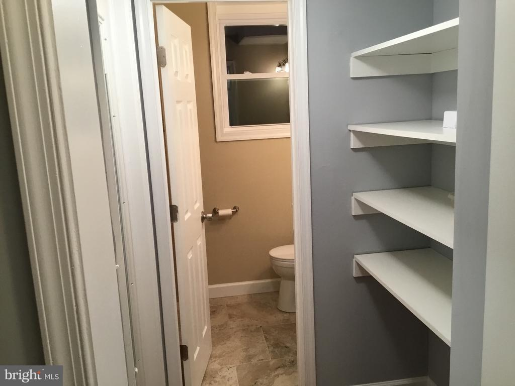 Built ins  in lower level hallway - 652 ALABAMA DR, HERNDON