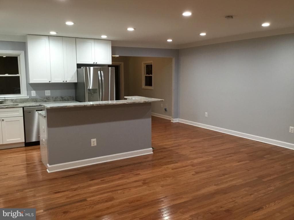 Kitchen opens to living and dining - 652 ALABAMA DR, HERNDON