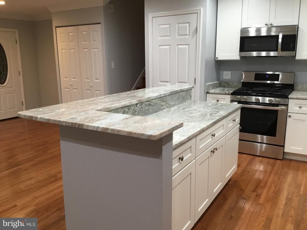 Kitchen island with granite countertops - 652 ALABAMA DR, HERNDON